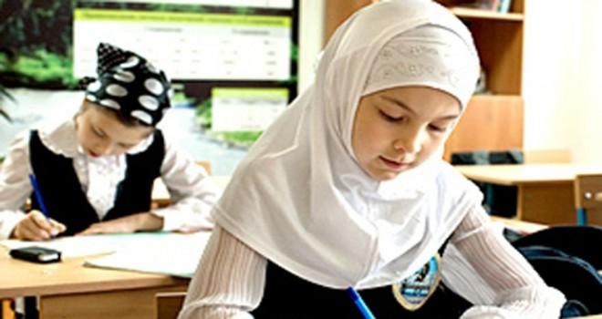 İngiltere'deki bu okullarda 'zorunlu başörtülü eğitim' var
