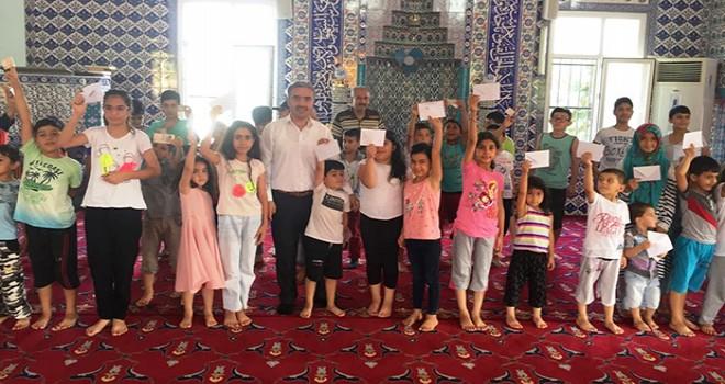 Camide çocuklara bayram harçlığı dağıtıldı