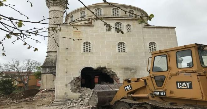 Taş Bina Camiyi yıkıyorlar