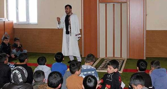 İmam Camiyi Adeta Okula Çeviriyor