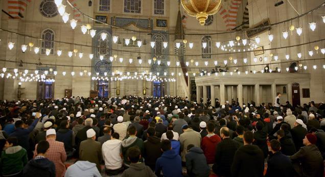 İstanbul Müftüsü Yılmaz, sabah namazında gençlerle buluştu