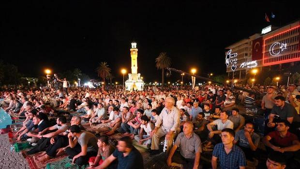 Kadir Gecesinde Binlerce İzmirli Konak Meydanında Buluştu…