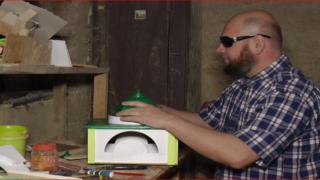 Bosnalı görme özürlü sanatçı maket cami yapıyor