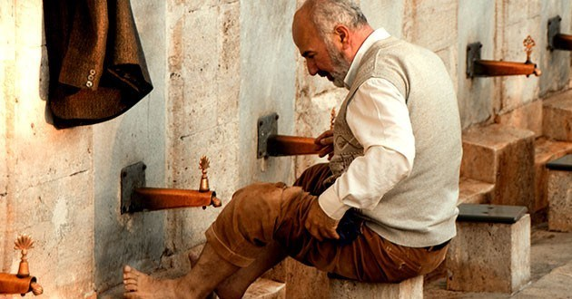 Abdest alırken belli duaları okumak şart mıdır?