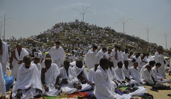 Milyonlarca hacı adayı Arafat'ta vakfe yaptı
