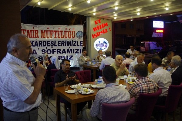 Gaziemir ilçe Müftülüğü Suriyeli vatandaşlara iftar yemeği verdi.