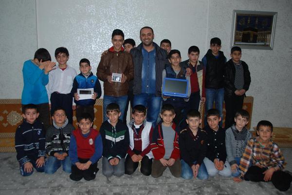 Hadis-i şerif ezberleyen öğrencilere hediye verildi