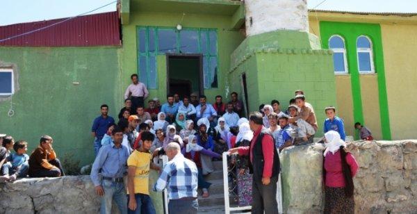 Köylüler 3  gündür camide kalıyor