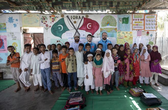 TDV Pakistan\'daki Arakanlı çocuklara umut oldu