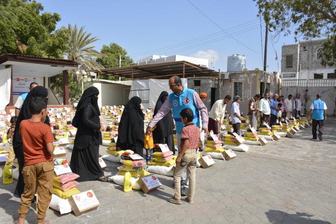 TDV, Yemen\'de 2 bin 400 muhtaç aileye gıda kolisi dağıttı.